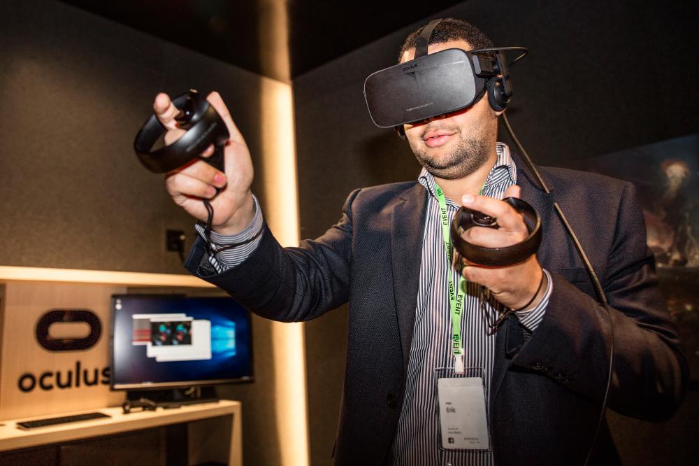 Besucher bei Oculus Rift nutzt ein Virtual Reality Headset